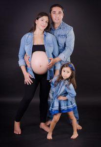 Fotos embarazo con hijos y pareja en Santiago